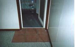 水に強いタイルの浴槽入口