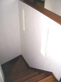 階段の壁に明かり取り用の穴を設けました。