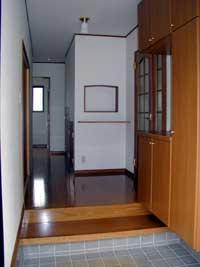 上り下りしやすい玄関框とたっぷり収納。