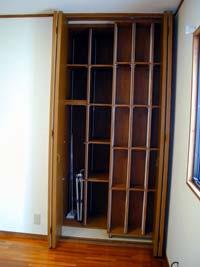 前の収納棚が左右に動くので、奥の物も取り出し易い。