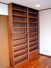 造付本棚。可動棚なので、高さの違う本もすっきり収納
