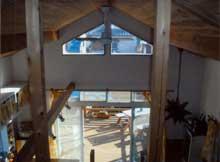 空間が広く感じられる板張りの勾配天井