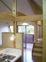 キッチン(写真奥の階段は書斎へと続いています)