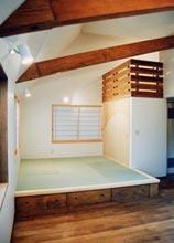 屋根勾配を生かしたくつろぎの畳コーナー