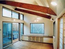 勾配天井を生かし、開放的なリビングルーム