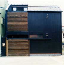 外観~1階の木製ルーバー部はカースペース