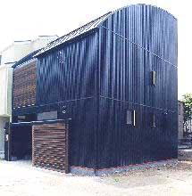 外観~2階の木製ルーバー部はプライベートテラス
