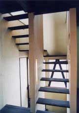 透けた階段