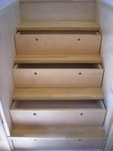 階段の段差を利用した引き出し収納