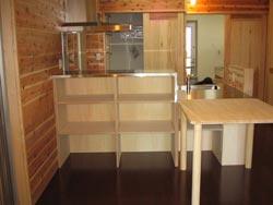 使いやすい高さに設計。造作棚とテーブル