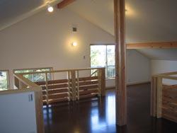大黒柱や木格子のアクセントがきいた2階洋室
