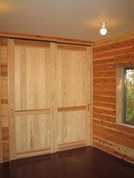 扉も杉を使用し、統一感のある仕上がりに