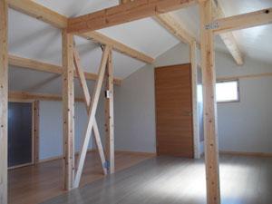 透明扉(写真左)を開けると、広々収納空間