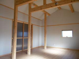 勾配天井の開放感のある洋室