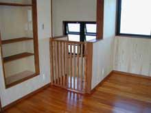 赤ちゃんの安全を考え、階段上り口にフェンスを作成。