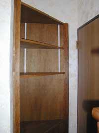 コーナー部分を有効利用した三角収納棚。