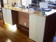 いすに腰掛けて作業できるキッチン。