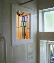 洗面と浴室の間仕切にステンドグラスを採用