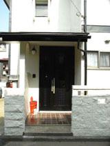 玄関扉の交換及びブロック塀を塗装。