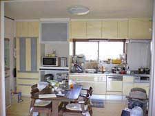 扉色を合わせ、統一感を持たせたキッチン