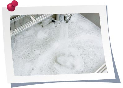 週に1回程度、シンクに台所用中性洗剤を溶かしたぬるま湯を貯めて、一気に流すと排水管の詰まり予防になります。