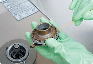 バーナーキャップの目詰まりをチェック。焼き焦げなどが詰まっていたら、竹串などで取り除きます