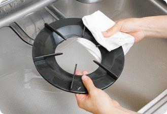 トッププレートも含めて洗剤をキレイに洗い流して、カラ拭きして仕上げます