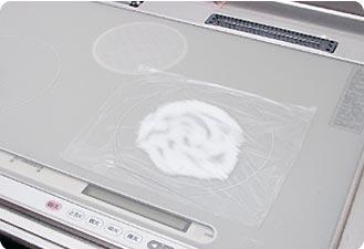 上記で落ちない場合、ラップしてしばらく置き、そのままラップでこすります。最後に水拭き・カラ拭きで仕上げましょう