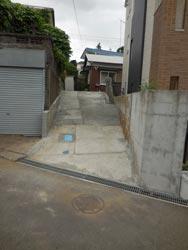 道路から見たところ。既存階段を壊し、コンクリート舗装したスロープ