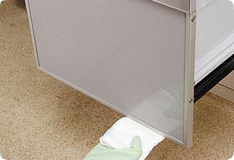 ドアの下端と庫内の手前は汚れが付きやすいので、柔らかい布で念入りに拭いてください。
