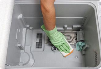 庫内全体を柔らかい布で水拭きし、最後に洗った部品を元に戻します。