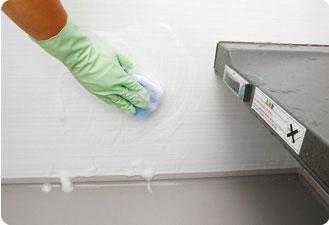 スポンジに浴室用中性洗剤もしくはクリームクレンザーをつけて軽くこすります。
