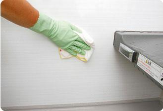 水で洗剤をよく洗い流してから、乾いた布で水分を拭きとっておきます。最後にしっかりと換気して湿気を逃がしましょう。
