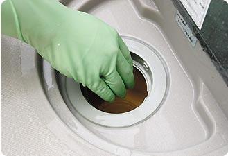 排水トラップ内をチェックして、ゴミが詰まっていたら除去します。