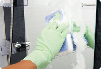 市販のガラスクリーナーかエタノールを乾いた布に付けてミラーを拭きます。