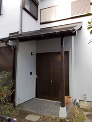 玄関。根元の痛んでいたポーチ柱も補強。