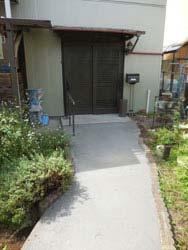 玄関前の段差をスロープにし、手摺を設け、歩きやすく。