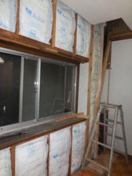 壁解体の際に断熱材を入れ、断熱性UP
