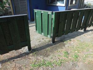 木製門扉と板塀