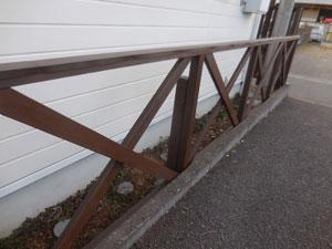フェンス上部に板金をかぶせました