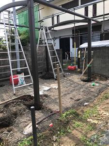 柱を埋め、しっかり固定。骨組みを組み立てます