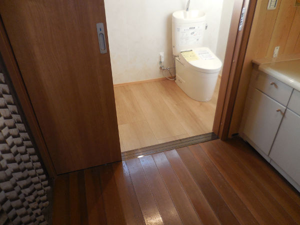 トイレ(3枚引き戸で開口部も広く)